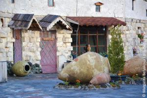 gostinitsa-na-ozere-sevan-armeniya