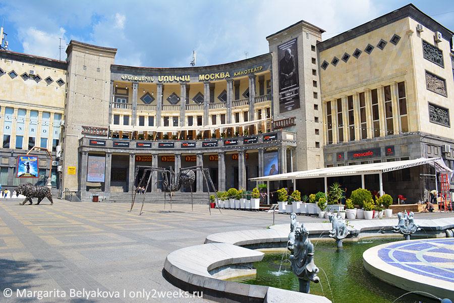 ploshchad-sharlya-aznavura-yerevan-foto